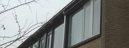 Zinken bakgoot inclusief beugels gemonteerd op muurplaat (zinken bakgoot M40 inclusief beugels