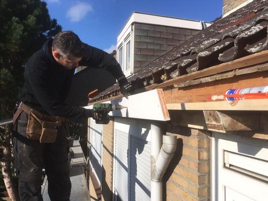 Bij het vervangen van een zinken dakgoot moet ook de betimmering onder handen genomen worden.