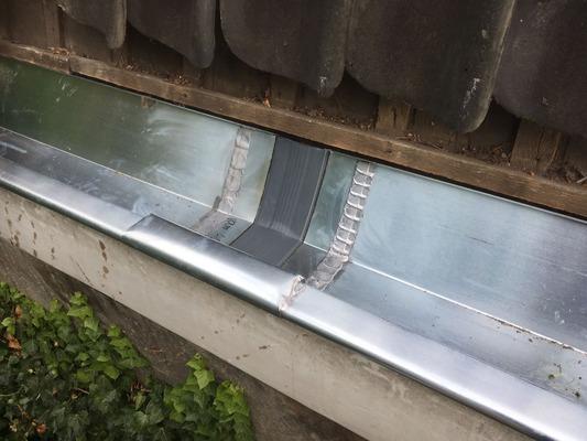 Door uw zinken dakgoot te vervangen voorkomt u lekkages.