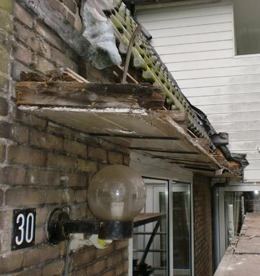 Oude dakgoot compleet rot en toe aan vervanging.