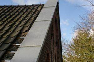 zinken deklijst op dakrand in aanbouw