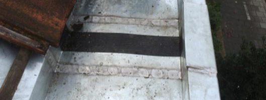 Rubberen expansie stuk in zinken goot. (zinken expansie goot