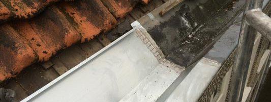 Zinken goot aangesoldeerd op oude zinken goot van buren