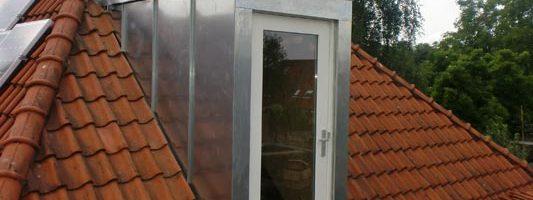 Aanzicht van deur naar dak afgewerkt met een zinken felssysteem